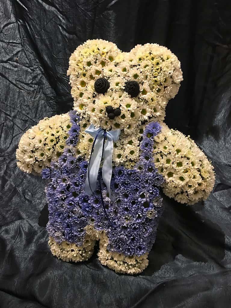Sonderform 6: | Teddy Ein Trauergesteck als Teddybär, ein Begleiter auf dem letzten Weg. Wir gestalten den Teddy ganz nach Ihren farblichen Wünschen.