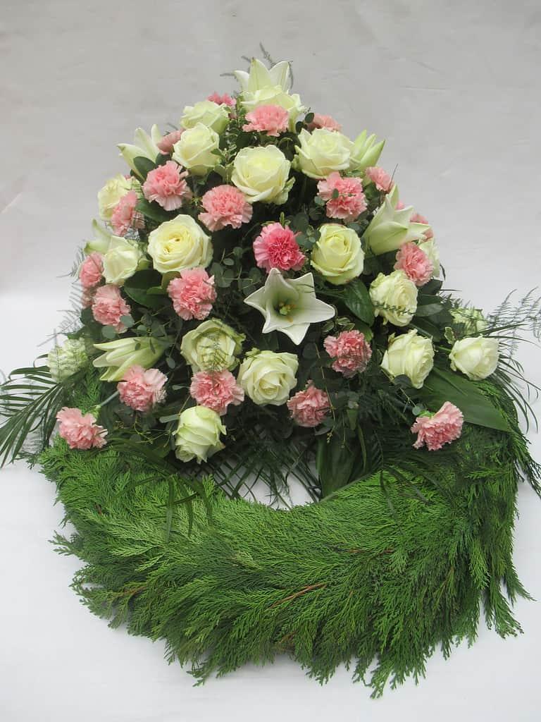 Trauerkranz 3: Weiß Rosa | Ein Trauerkranz mit weißen Blüten ist oft die richtige Wahl. Lilien, Rosen und rosa Nelken sind schöne Blüten für den letzten Gruß.